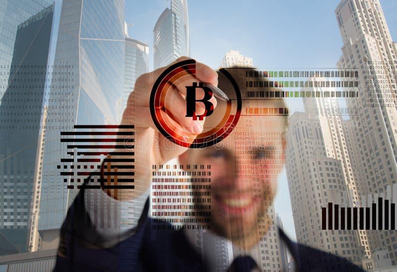 Graphiques de gestion virtuels interactifs d'affichage d'homme Créez le portefeuille de bitcoin Crypto bitcoin de extraction de d image stock