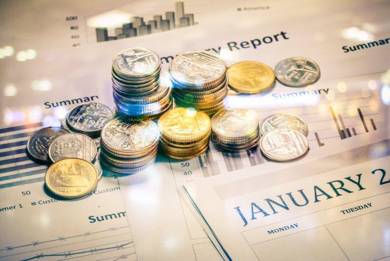 Graphiques et diagrammes avec des piles de pièces de monnaie photo stock