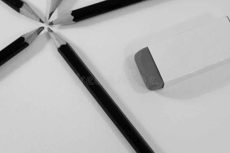 Graphit, der Bleistifte in einem Kreis und in einem Radiergummi skizziert stockfoto