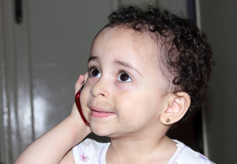 Grappig Arabisch babymeisje met mobiele telefoon royalty-vrije stock afbeelding