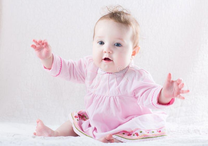 Grappig babymeisje die een omhelzing geven royalty-vrije stock foto