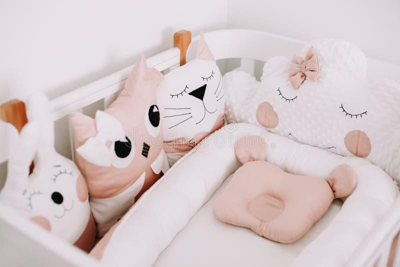 Grappig detail van kinderkamer. Modewolk, kat, haas. Zoete kleuterkamers voor een meisje. Stijlvolle babykribbe stock afbeelding