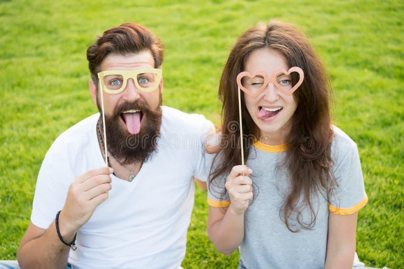 Grappig en speels Grappig paar die door steunglazen kijken op groen gras Gebaarde man en sexy vrouw die grappig maken royalty-vrije stock foto