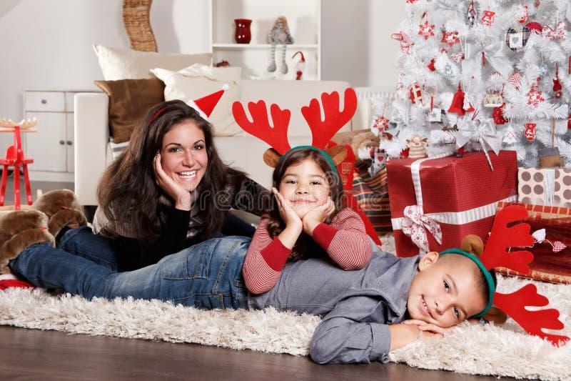 Grappig familieportret bij Kerstmis stock afbeeldingen
