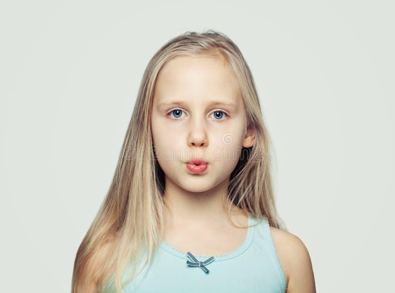 Grappig Gezicht Kindmeisje die op grijs grimassen trekken stock afbeeldingen