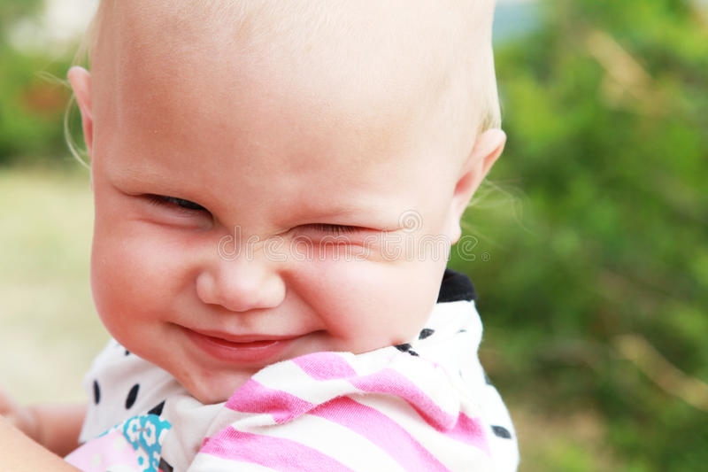 Grappig glimlachend babymeisje royalty-vrije stock afbeeldingen