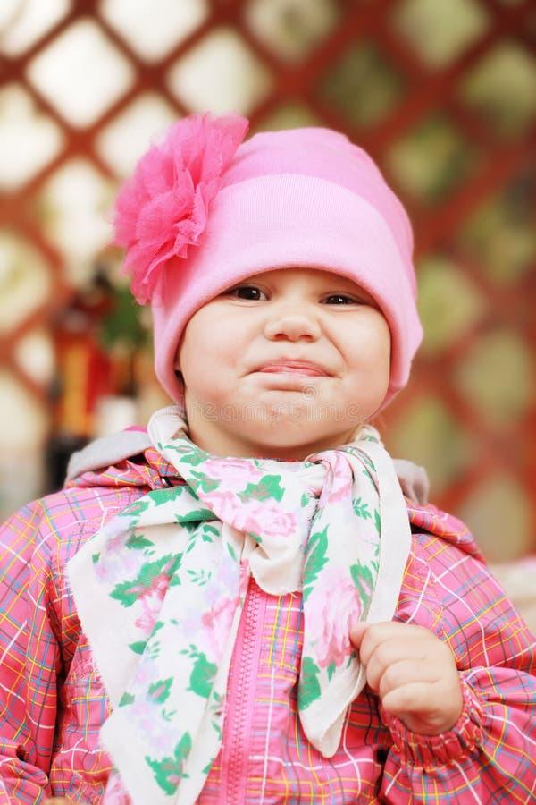 Grappig glimlachend Kaukasisch babymeisje in roze royalty-vrije stock foto's