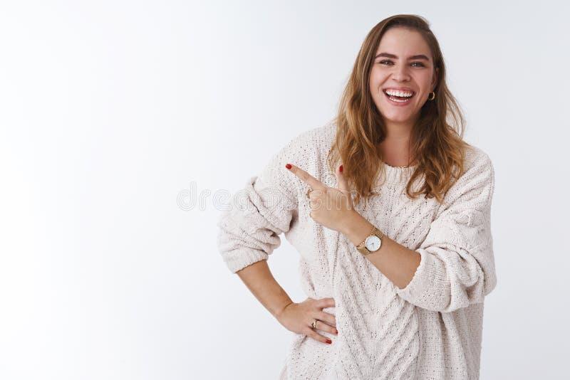 Grappig Haha ziet eruit Portret onbezorgde ontspannen blije vriendschappelijk-kijkt aantrekkelijk vrouwen kort kapsel die losse s royalty-vrije stock fotografie