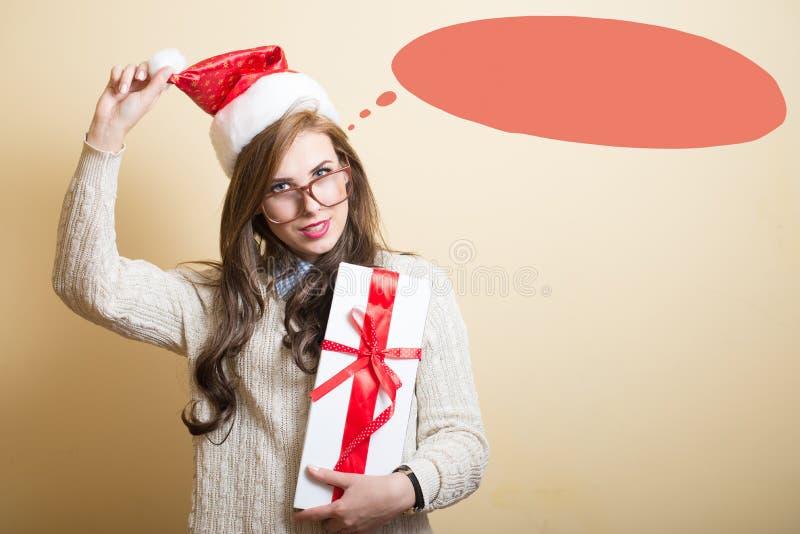 Grappig hipster jong meisje in santahoed met heden royalty-vrije stock afbeeldingen
