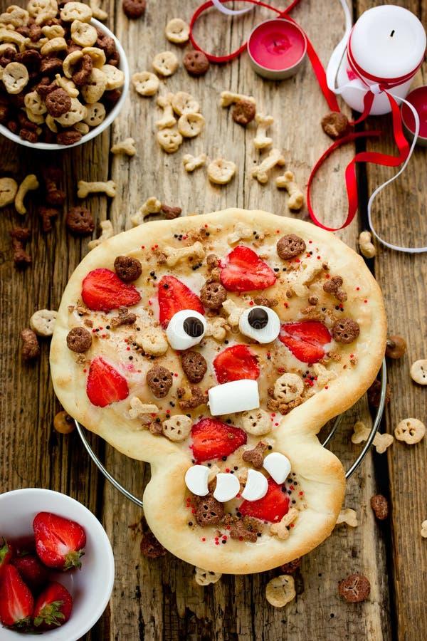 Grappig idee voor Halloween die de schedel eten die van de pizzapastei met s wordt verfraaid royalty-vrije stock afbeeldingen