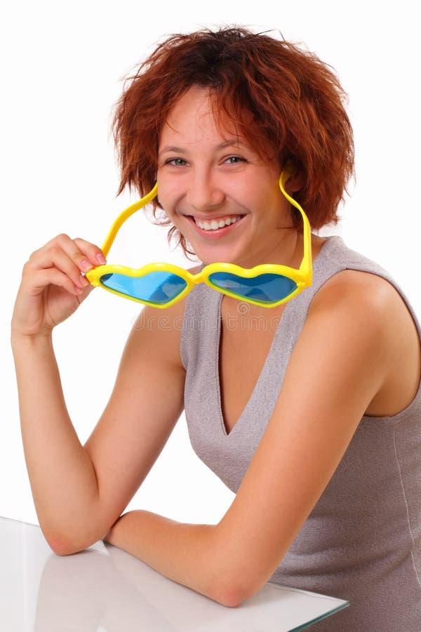 Grappig jong meisje met grote zonnebril royalty-vrije stock afbeelding