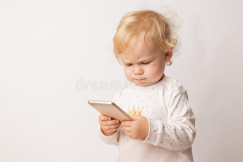 Grappig Kaukasisch meisje die boos voelen aangezien zij spel verloor Het gekke vrouwelijke kind dat kijkt wegens lage batterij op stock afbeelding