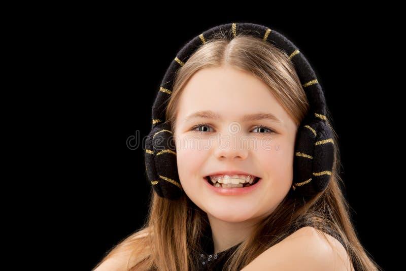 Grappig Kaukasisch meisje met tandensteunen royalty-vrije stock afbeelding