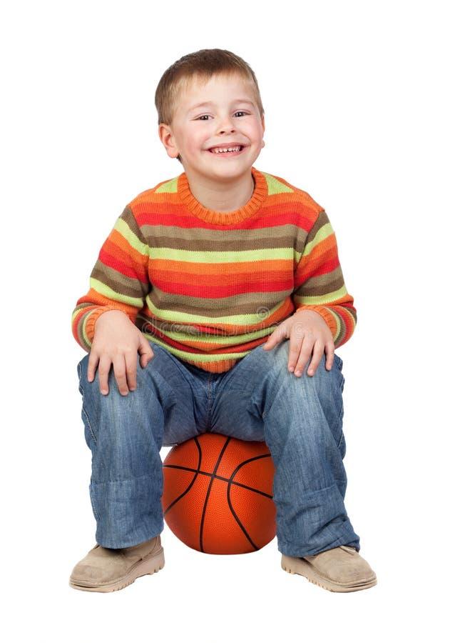 Grappig kind met een basketbal royalty-vrije stock foto