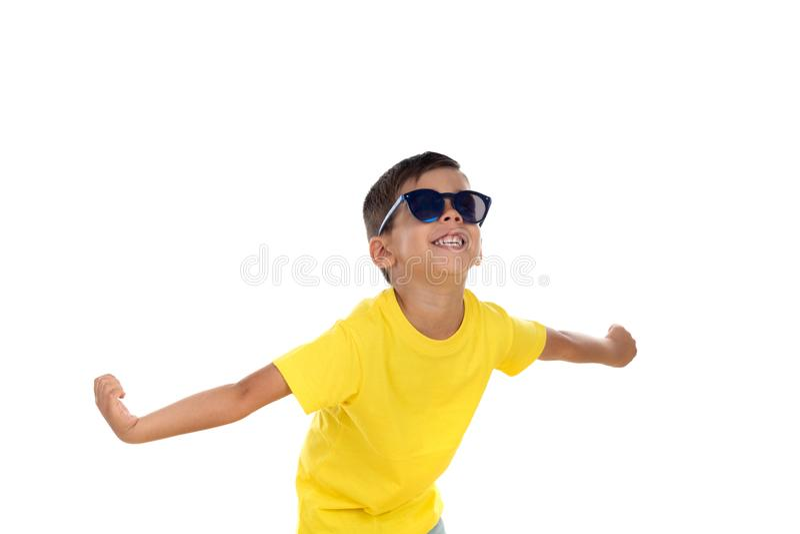 Grappig kind met gele t-shirt en zonnebril stock foto's