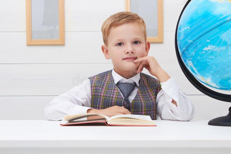 Grappig Kind in school weinig jongen met Boek, Kinderenonderwijs royalty-vrije stock afbeeldingen