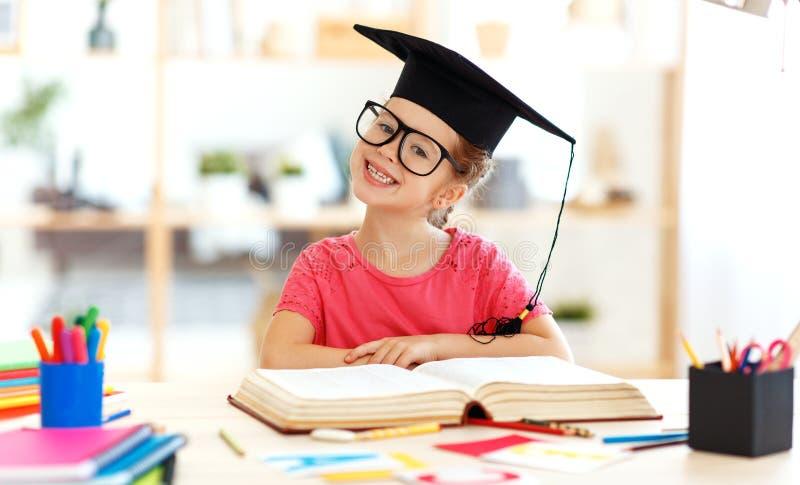 Grappig kindmeisje die en thuiswerk doen die thuis schrijven lezen royalty-vrije stock fotografie
