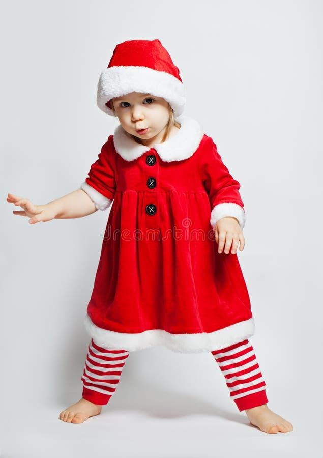 Grappig kindmeisje in Kerstmanhoed op witte achtergrond royalty-vrije stock fotografie