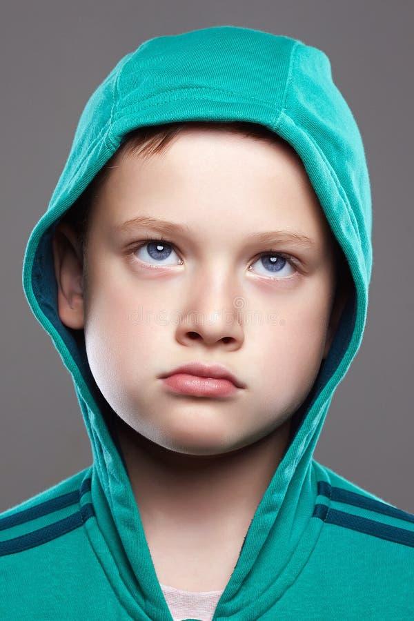 Grappig kindportret het jonge geitje van de grimasemotie stock afbeelding
