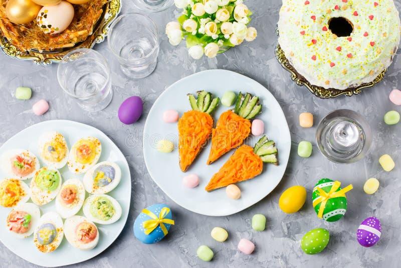 Grappig kleurrijk Pasen-voedsel voor jonge geitjes met decoratie op lijst Pasen-dinerconcept stock afbeeldingen