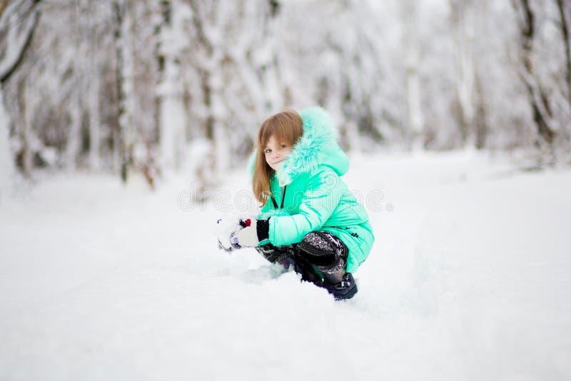 Grappig meisje die pret in mooi de winterpark hebben stock fotografie