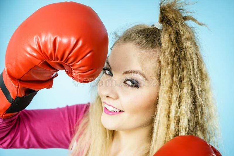 Grappig meisje die in rode handschoenen sporten het in dozen doen spelen stock fotografie