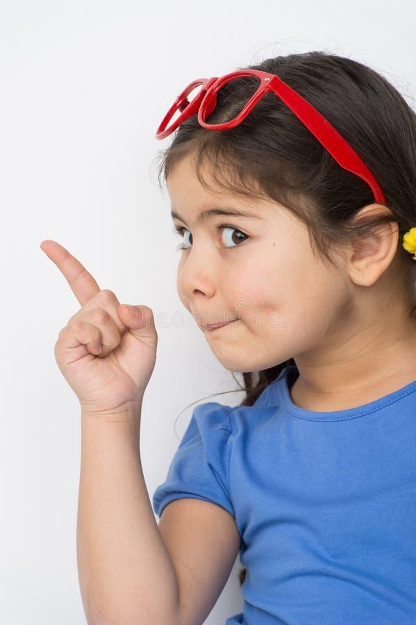 Grappig meisje die vinger richten stock afbeelding