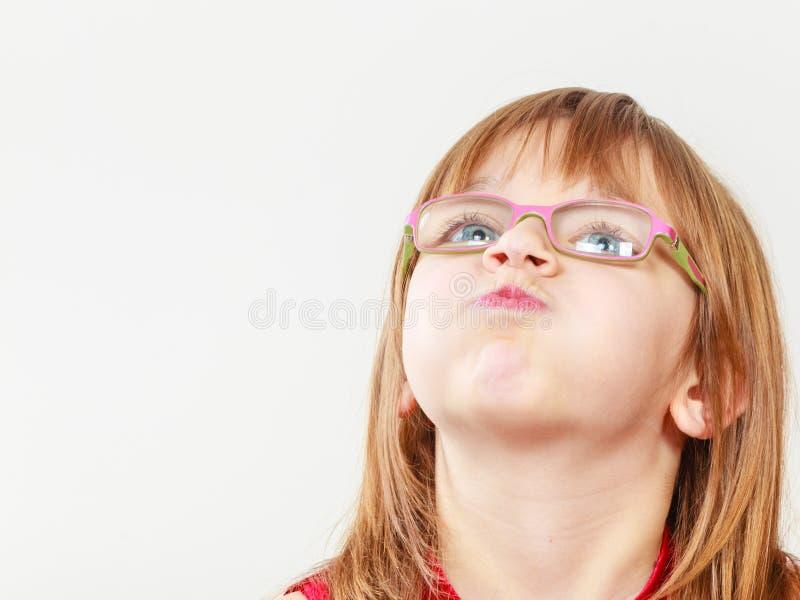 Grappig meisje in glazen stock foto's