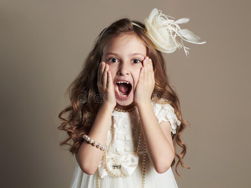 Grappig meisje in kleding Gillend kind royalty-vrije stock foto