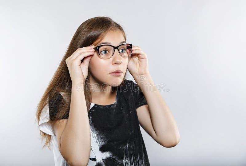 Grappig meisje met glazen verrassing stock foto's