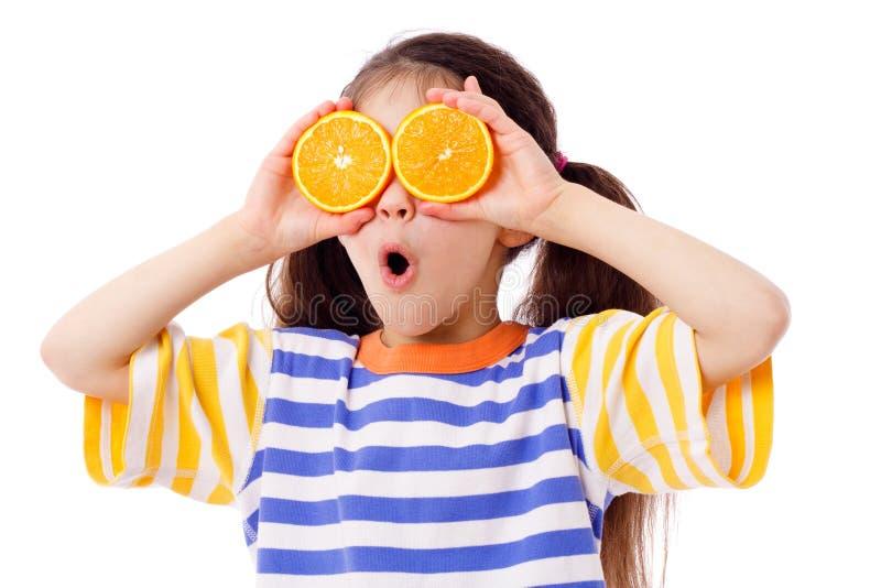 Grappig meisje met vruchten op ogen royalty-vrije stock afbeeldingen