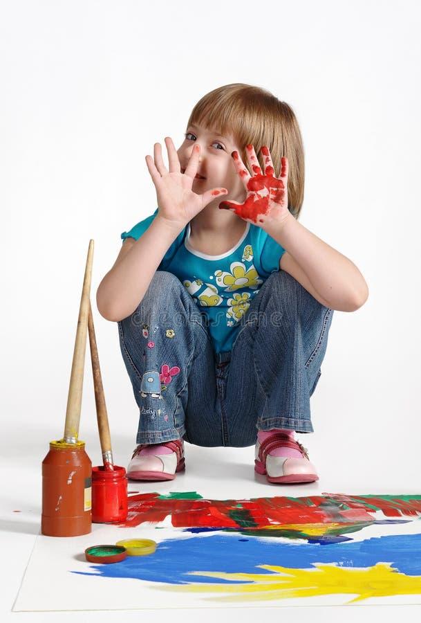 Grappig meisje op wit in studio Dient verf in Grappig Gezicht royalty-vrije stock afbeelding
