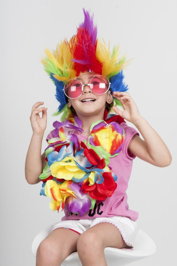 Grappig meisje in vermomming met pruik en zonnebril stock foto's