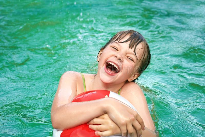 Grappig meisje in water stock afbeelding