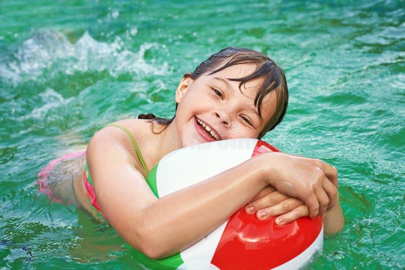 Grappig meisje in water royalty-vrije stock fotografie