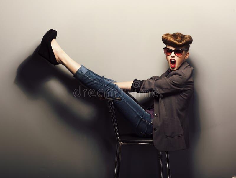 Grappig meisje in zonnebril in studio - uitstekende stijl stock afbeeldingen