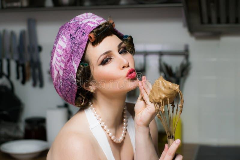 Grappig mooi meisje met make-upkoks op keuken royalty-vrije stock afbeeldingen