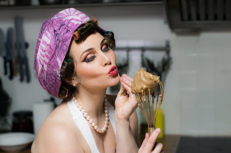 Grappig mooi meisje met make-upkoks op keuken stock afbeelding