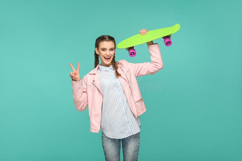 Grappig mooi meisje in toevallige stijl, vlechthaar en roze hefboom stock foto's