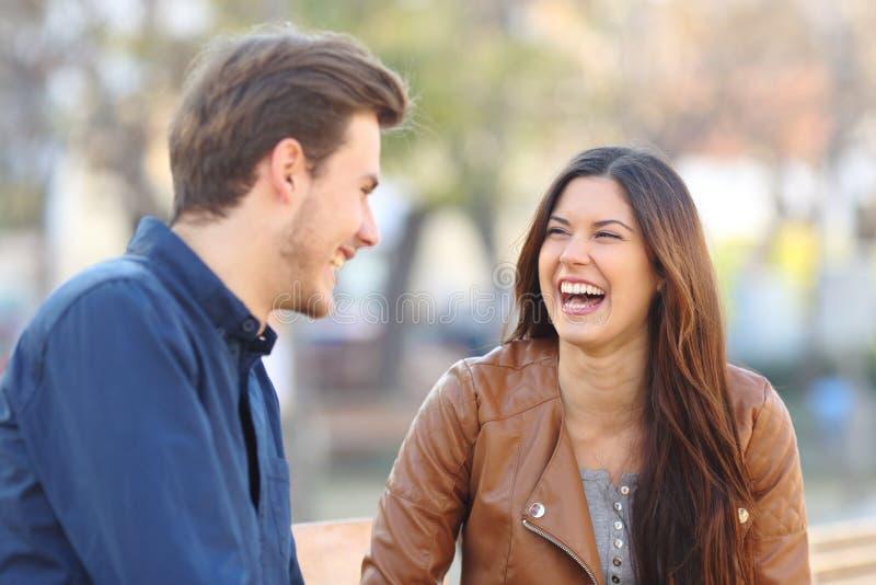 Grappig paar die in de straat lachen stock foto's