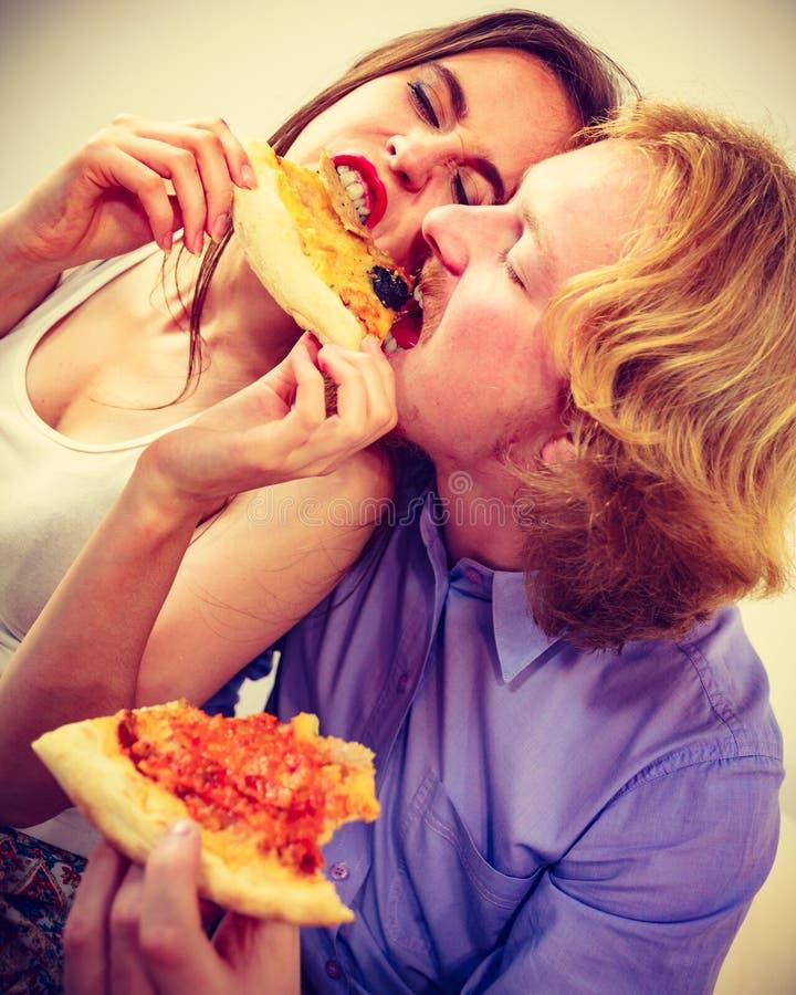 Grappig paar die pizza eten royalty-vrije stock foto's