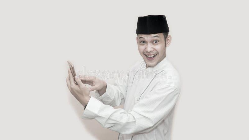 Grappig portret van een Aziatische moslimmens met hoofdglb die een vraag nemen royalty-vrije stock foto's