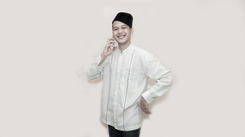 Grappig portret van een Aziatische moslimmens met hoofdglb die een vraag nemen stock foto's
