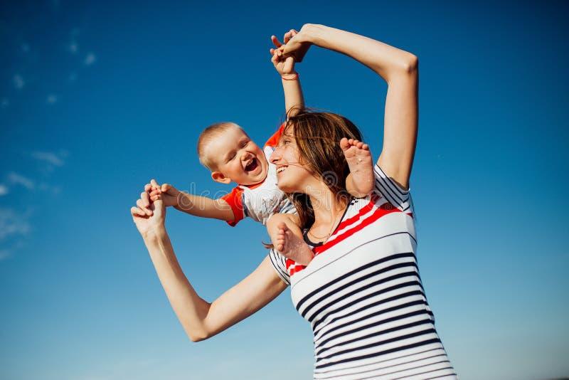 Grappig portret van een gelukkige familie op het strand royalty-vrije stock foto