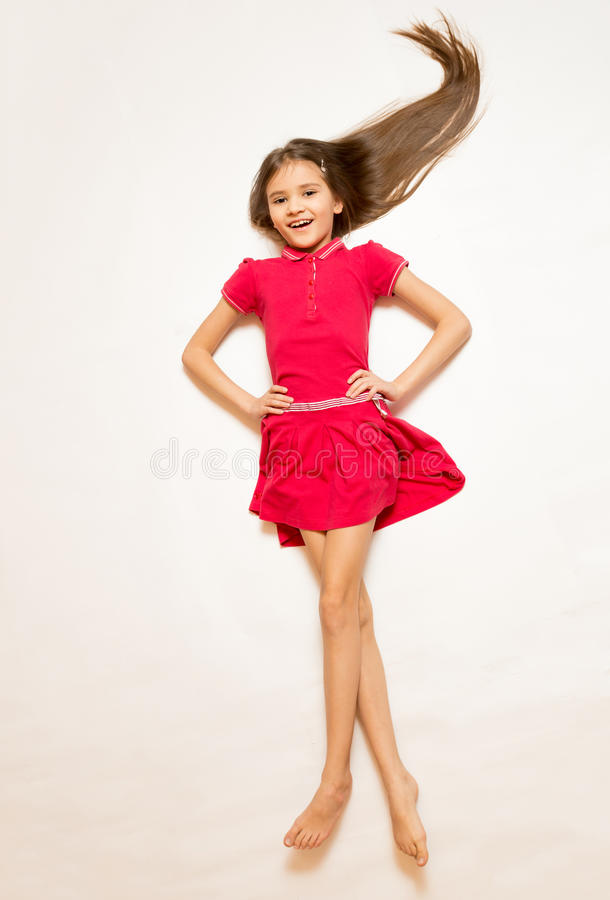Grappig schot van leuk meisje in rode kleding met lang haar op witte flo royalty-vrije stock afbeeldingen