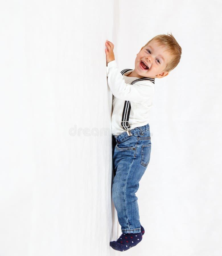 Grappig weinig heer die omhoog beklimmen stock fotografie