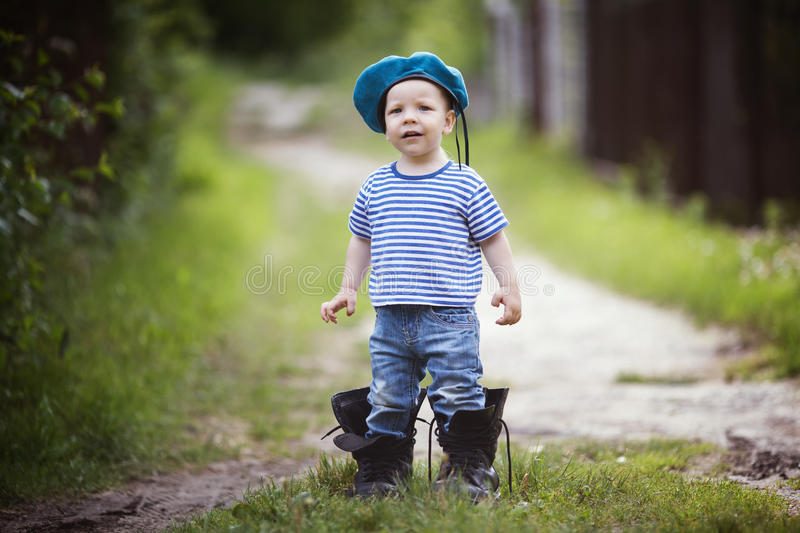 Grappig weinig jongen in eenvormig royalty-vrije stock foto's