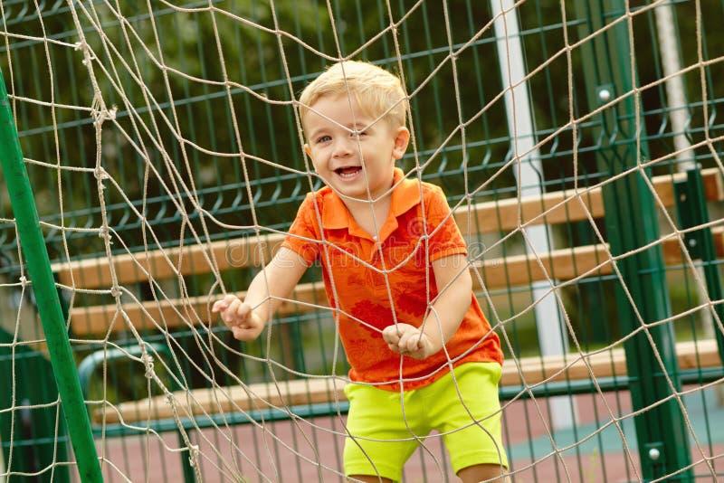 Grappig weinig jongen op speelplaats Speel kind royalty-vrije stock foto