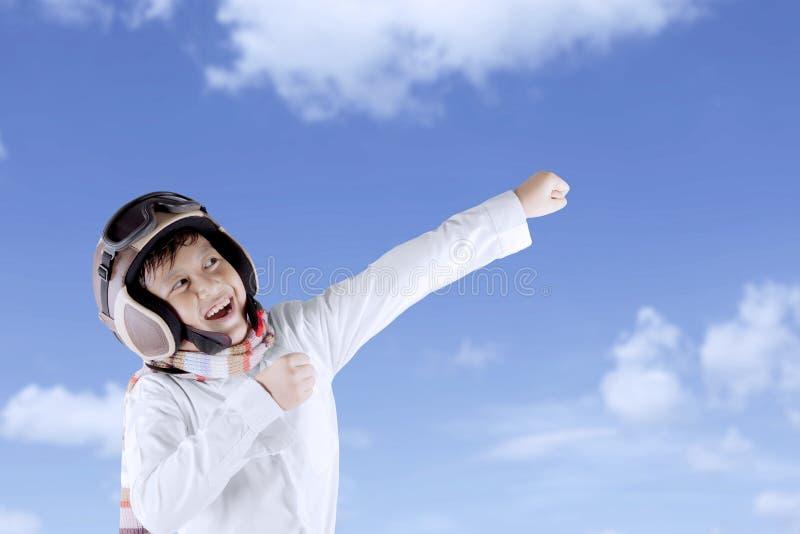 Grappige Aziatische jongen die uitstekende proefhelm dragen stock afbeelding