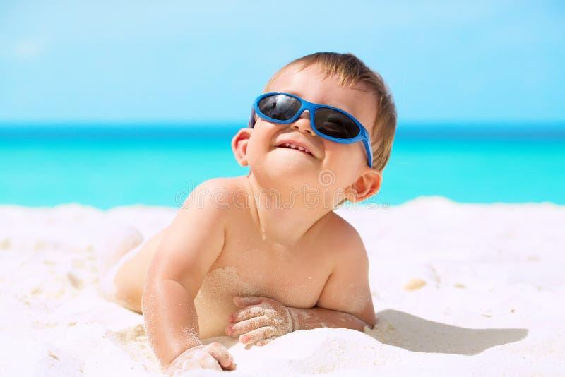 Grappige baby op het strand stock afbeeldingen